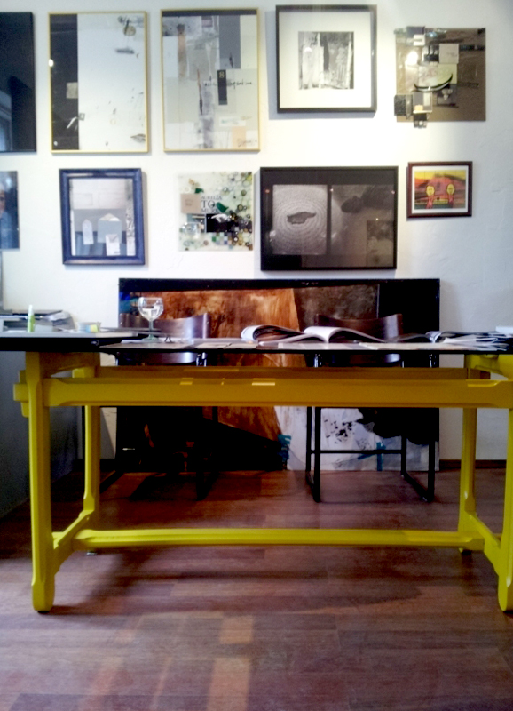 żółty stół stolarski