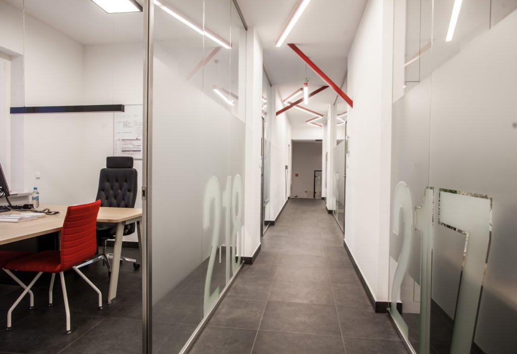 przeszklony korytarz